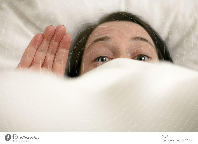 Verregnete Wochenenden sind gar nicht schlimm! Wohlgefühl Erholung ruhig Bett Feierabend Frau Erwachsene Leben Gesicht 1 Mensch 30-45 Jahre Federbett Bettdecke