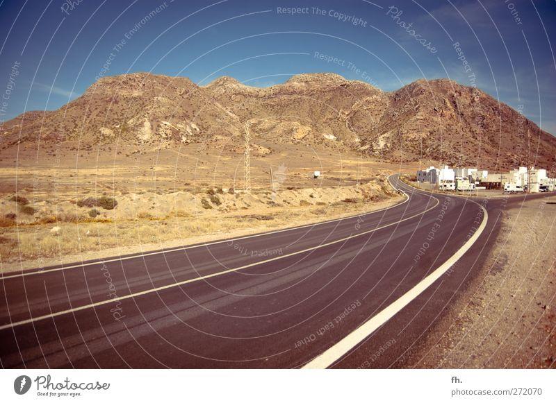 Hit the road Cabo de Gata Spanien Dorf Menschenleer Verkehrswege Straße Wege & Pfade Ferne frei sportlich trocken blau braun schwarz Leben Neugier Abenteuer