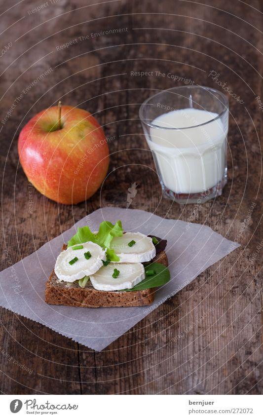 Mäusebärchens Sommerjause Ernährung Lebensmittel braun Glas Frucht frisch Pause gut Gesunde Ernährung Frühstück Brot Holzbrett Backwaren Milch Salat Käse