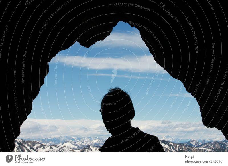 Silhouette eines Männerkopfes zwischen Felsen mit Blick auf die Alpen Ferien & Urlaub & Reisen Tourismus Ausflug Sommer Berge u. Gebirge wandern Mensch maskulin