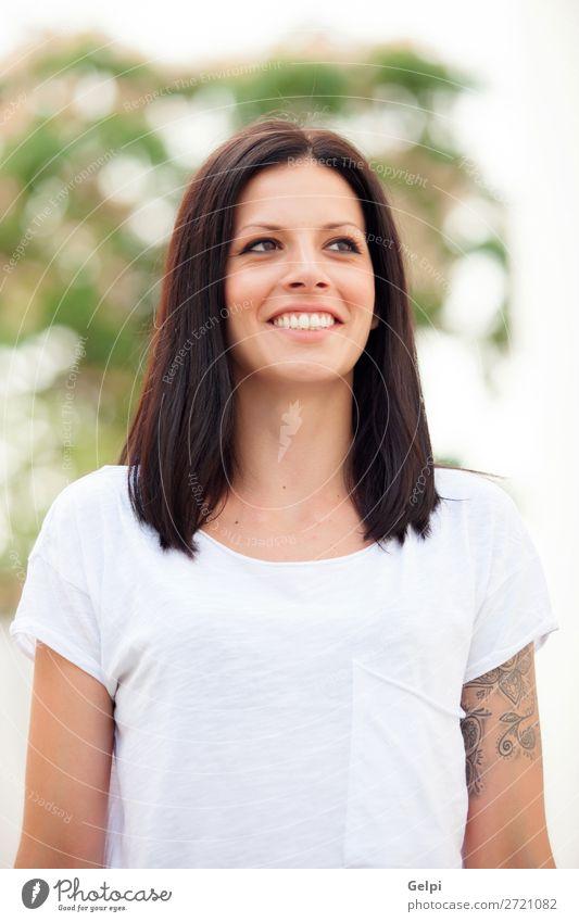 Junge schöne Frau mit brünetten Haaren. Lifestyle Freude Glück Haut Gesicht Erholung Freiheit Sommer Mensch Erwachsene Jugendliche Natur Gras Park Mode Lächeln