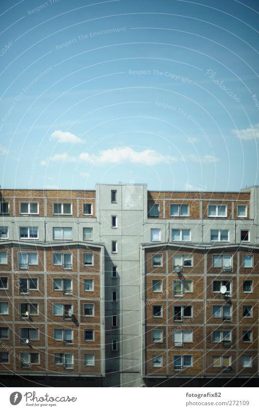 hochhausansicht | himmel über berlin2 Himmel Stadt Wolken Haus Berlin grau braun Fassade Häusliches Leben Bundesadler Stadtzentrum Hauptstadt Plattenbau