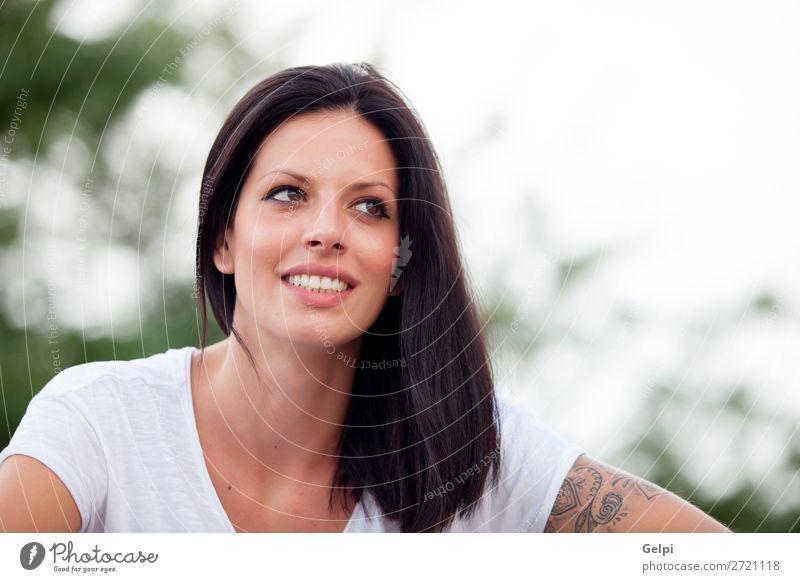 Junge schöne Frau mit brünetten Haaren. Lifestyle Freude Glück Gesicht Erholung ruhig Freiheit Sommer Mensch Erwachsene Jugendliche Natur Park Mode Denken