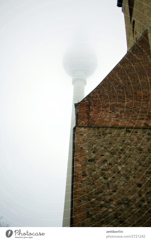 Fernsehturm und Marienkirche Architektur Berlin Großstadt Deutschland Nebel Dunst Feinstaub Berliner Fernsehturm Froschperspektive Hauptstadt Haus Herbst Himmel