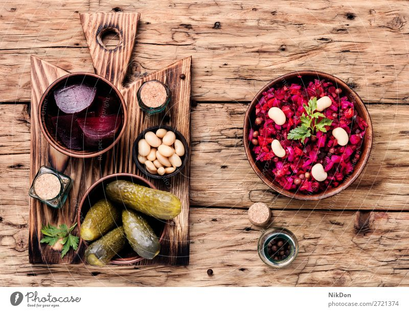 Beliebte Gemüsesalat-Vinaigrette Salatbeilage Rübe Lebensmittel Salat-Vinaigrette Russisches Essen Bestandteil Vegetarier Gesundheit Rote Beete rot frisch