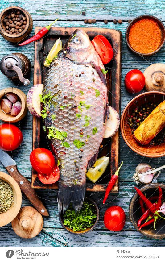 Frischer Fisch und Lebensmittelzutaten roh Karpfen Meeresfrüchte roher Fisch frisch Mahlzeit Bestandteil Gesundheit Schneidebrett Essen zubereiten Paprika