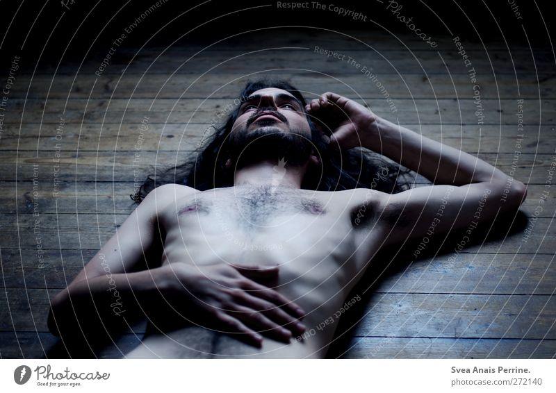 qualen der Seele im strahlenden gewand. maskulin Körper Haut Gesicht Brust Arme Hand Bauch 1 Mensch 18-30 Jahre Jugendliche Erwachsene Bodenbelag Holzfußboden