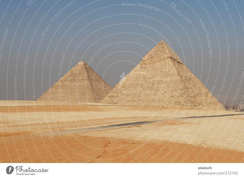 Zwei Pyramiden Mensch alt Ferien & Urlaub & Reisen gelb Architektur Kunst Hintergrundbild Perspektive planen Technik & Technologie Kultur Symbole & Metaphern