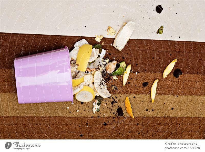 Rosa Kunststoff-Mülleimer auf dem Boden mit verstreuten organischen Abfällen Kaffee Lifestyle Arbeit & Erwerbstätigkeit Umwelt Straße Tropfen fallen hell nass
