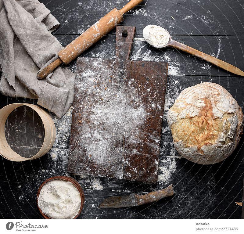 gebackenes Brot, weißes Weizenmehl Schalen & Schüsseln Messer Löffel Tisch Küche Sieb Holz machen dunkel frisch oben braun schwarz Tradition kulinarisch