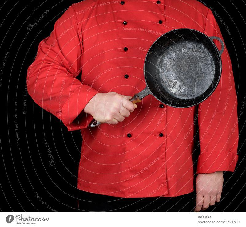 in roter Uniform kochen, mit Bratpfanne Pfanne Küche Restaurant Beruf Koch Mensch Mann Erwachsene Hand Bekleidung schwarz Gußeisen Kaukasier Küchenchef