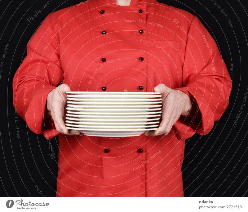 Koch in roter Uniform hält Teller Küche Restaurant Beruf Mensch Mann Erwachsene Hand dunkel schwarz weiß zeigen Kaukasier Keramik Küchenchef Essen zubereiten