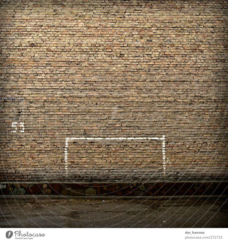 53:0 Fußball Fußballplatz Mauer Wand Ziffern & Zahlen Schilder & Markierungen trist Tor Farbfoto Gedeckte Farben Außenaufnahme Menschenleer Textfreiraum oben