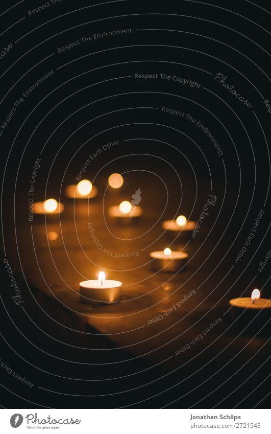 Teelichter als Zeichen des Gedenkens ästhetisch ruhig Denken nachdenklich Religion & Glaube Gebet Licht Kerze Kerzenschein Spiritualität Vertrauen Hoffnung