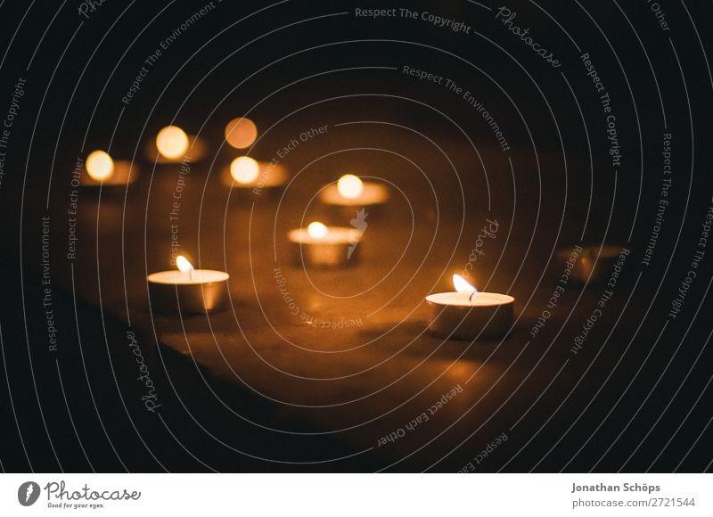 Teelichter als Zeichen des Gedenkens ruhig Kirche Kerze Denken ästhetisch Vertrauen Hoffnung Trauer Tod Gesellschaft (Soziologie) Religion & Glaube nachdenklich