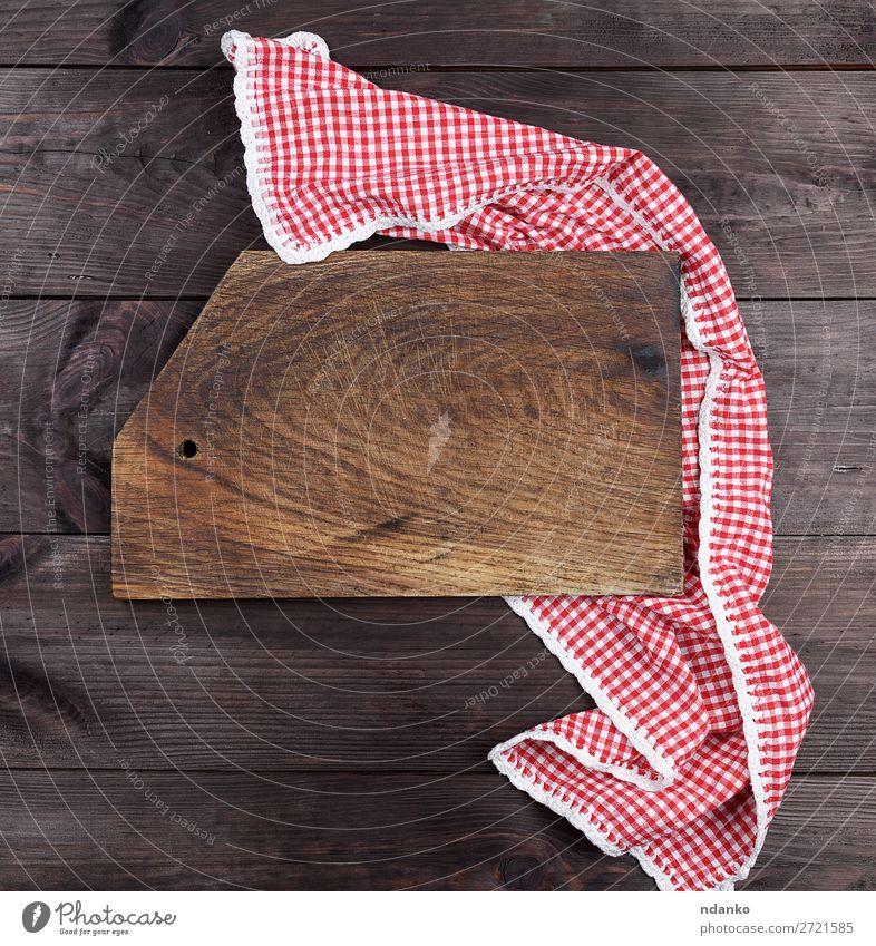 Leeres sehr altes Holzschneidebrett für die Küche Design Stoff dreckig dunkel oben retro braun rot Hintergrund blanko Holzplatte zerkleinernd Essen zubereiten