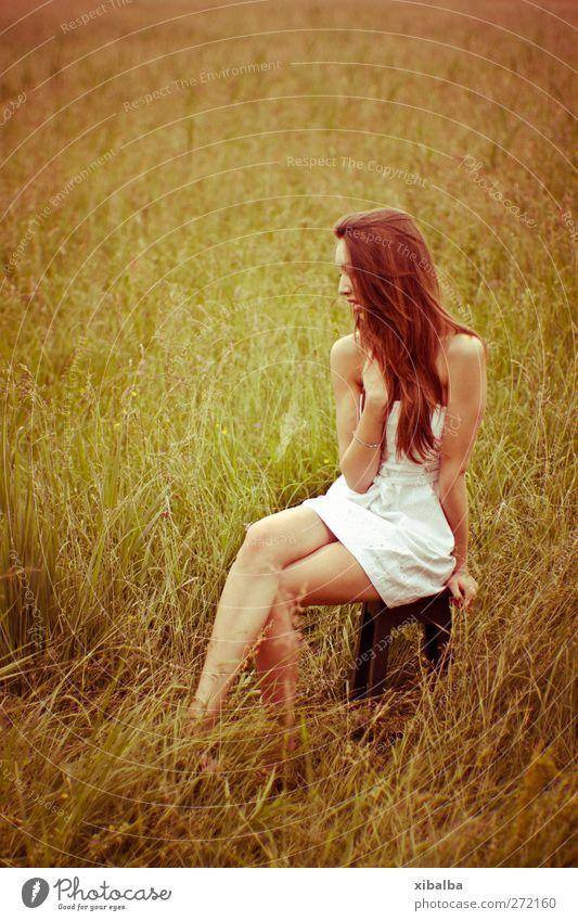 Vintage Sommer feminin Junge Frau Jugendliche 1 Mensch 18-30 Jahre Erwachsene Gras Sträucher Wiese Kleid hocken weiß Frühlingsgefühle Geborgenheit