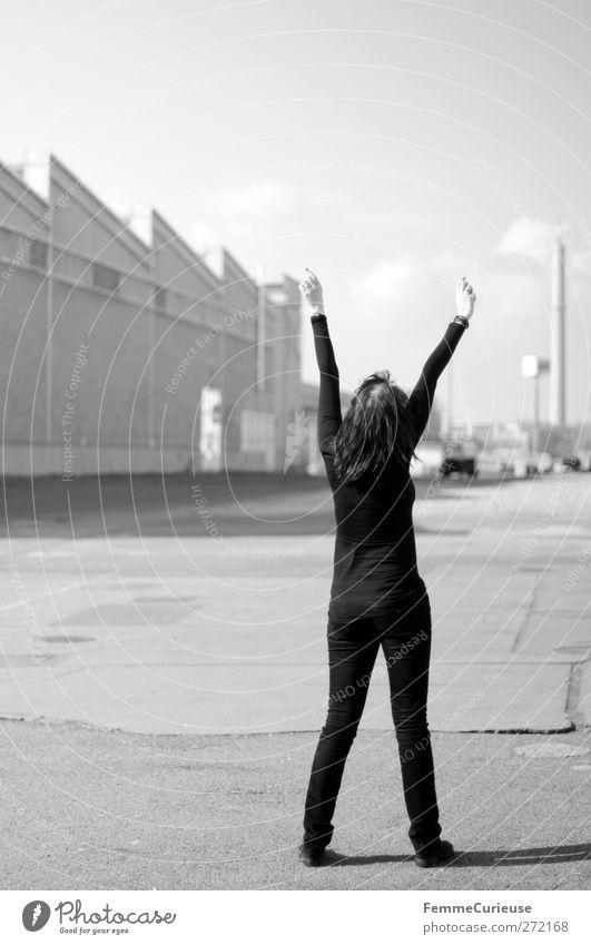 Freiheit. Mensch Frau Jugendliche Freude Einsamkeit schwarz Erwachsene feminin oben Bewegung Freiheit Luft Junge Frau Rücken Arme 18-30 Jahre