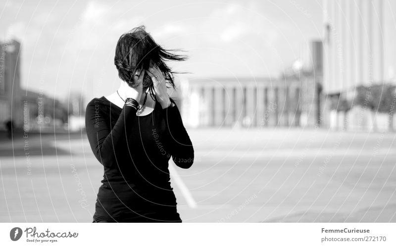 Stürmische Zeiten. Mensch Frau Jugendliche Einsamkeit schwarz Erwachsene Gesicht feminin Haare & Frisuren Traurigkeit Junge Frau Wind 18-30 Jahre Wut Schmerz