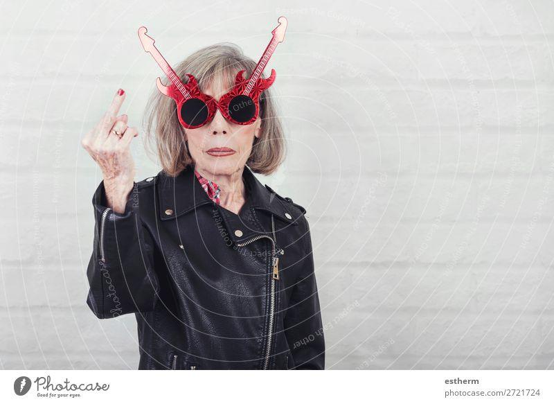 Porträt einer älteren Frau, die mit dem Finger beleidigt. Lifestyle Musik Feste & Feiern Ruhestand Mensch feminin Weiblicher Senior Großmutter 1 60 und älter