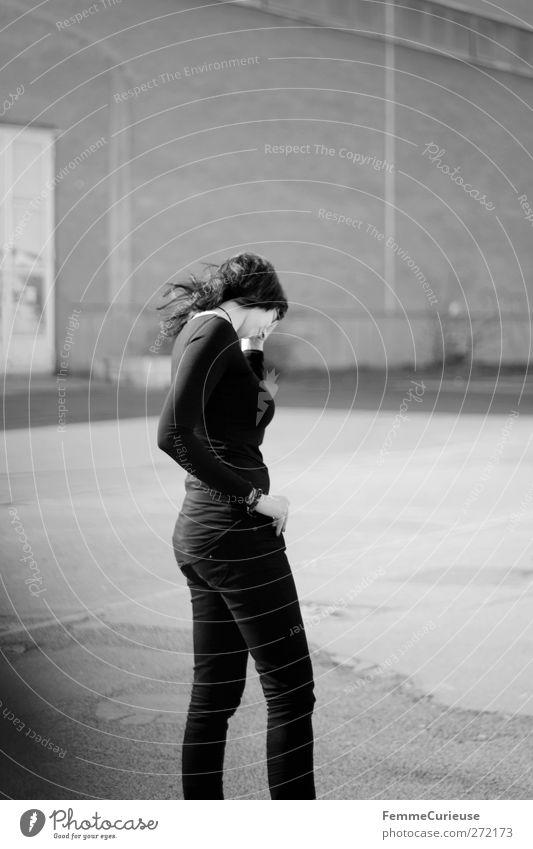 Allein. feminin Junge Frau Jugendliche Erwachsene 1 Mensch 18-30 Jahre Einsamkeit Enttäuschung Frustration Krise Schmerz Sorge stagnierend verlieren Wut