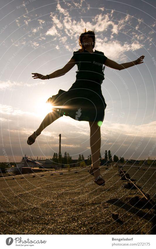 Sommer, babe! Mensch Jugendliche Sonne Wolken Spielen springen Beine Junge Frau Gesundheit fliegen Haut Fröhlichkeit Politische Bewegungen Asphalt sportlich