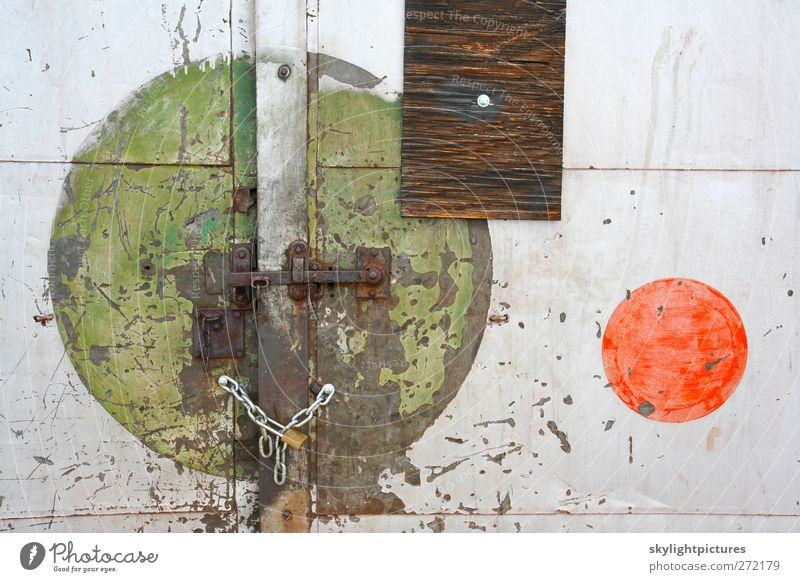 Gesperrte Formen Gebäude Tür alt verblüht grün rot weiß Stress Farbe Grunge verwittert abgenutzt schäbig Wand Panel Verlassen industriell Lagerhalle Konsistenz