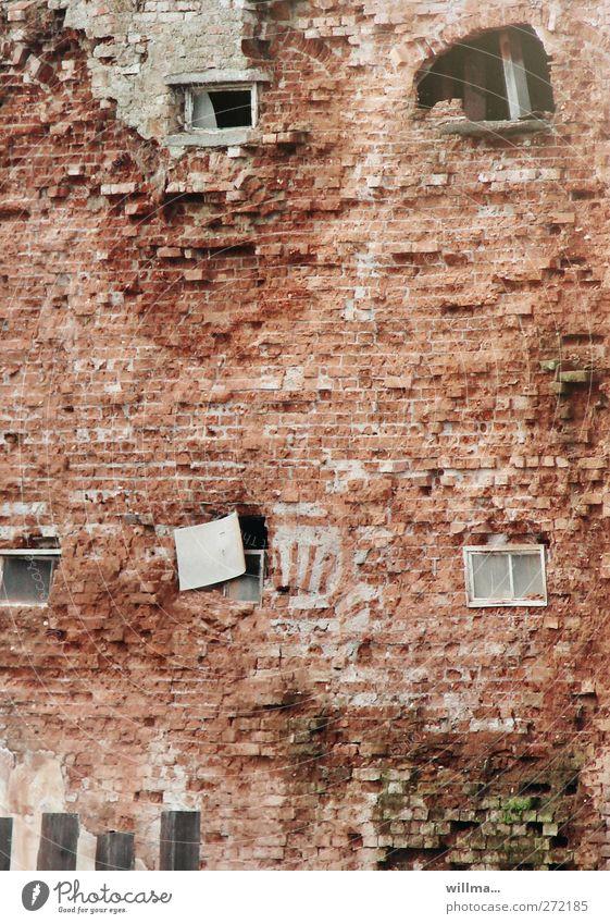 hinter mancher fassade Baustelle Haus Bauwerk Gebäude Architektur Mauer Wand Fassade Fenster Backsteinwand hässlich kaputt Stadt Verfall Vergänglichkeit