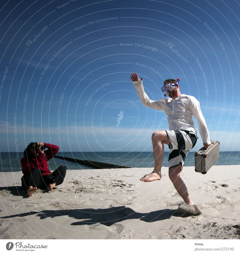 Hiddensee | Performing The Hidden Sea Dance Mensch maskulin feminin Körper 2 Umwelt Wasser Himmel Horizont Schönes Wetter Küste Strand Koffer Taucherbrille