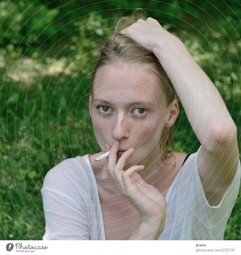 Frau Portrait 6 Mensch feminin Junge Frau Jugendliche Kopf 1 18-30 Jahre Erwachsene Rauchen grün weiß blond Wiese rauchend Zigarette Farbfoto Außenaufnahme Tag