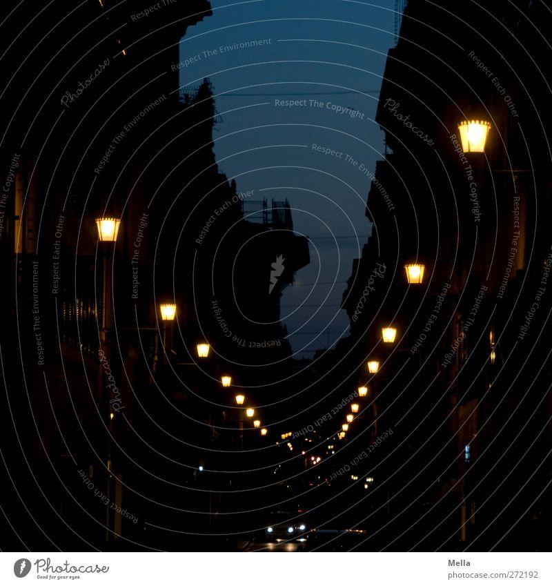 Immer geradeaus Städtereise Nachtleben Energiewirtschaft Stadt Stadtzentrum Haus Gebäude Verkehr Verkehrswege Straßenverkehr Autofahren PKW Lampe