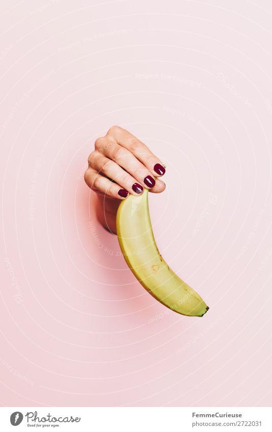 Hand of a woman holding a banana Lebensmittel Frühstück Büffet Brunch Picknick Bioprodukte Vegetarische Ernährung Diät feminin 1 Mensch Gesundheit Banane Frucht