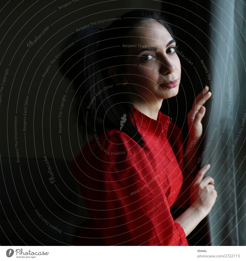 am Fenster Gardine Vorhang Tuch Stoff feminin Frau Erwachsene 1 Mensch Kleid schwarzhaarig langhaarig beobachten Denken festhalten Blick dunkel schön