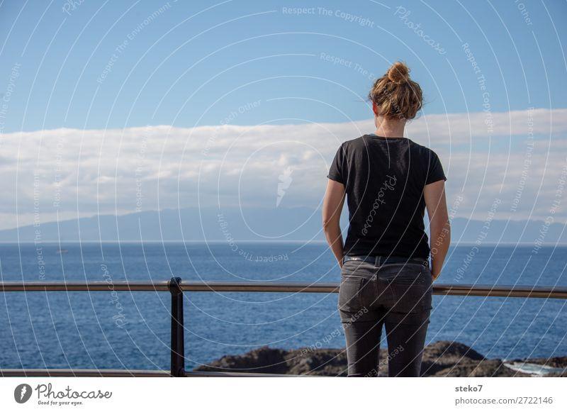 Meerblick Junge Frau Jugendliche 1 Mensch 18-30 Jahre Erwachsene Schönes Wetter Küste beobachten Denken Blick stehen warten blau schwarz Wachsamkeit geduldig