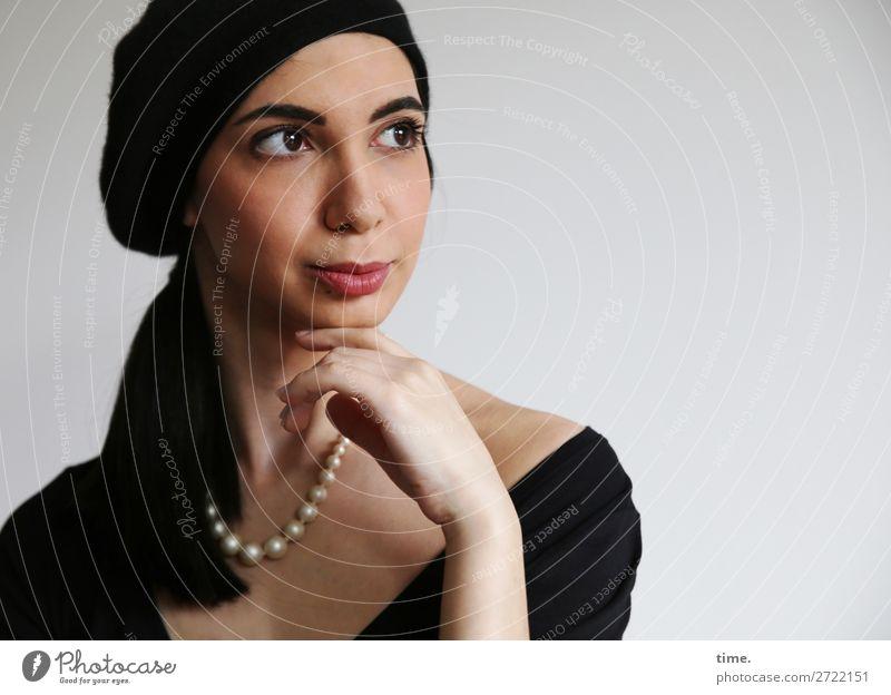 pearl/s elegant Stil schön Gesicht feminin Frau Erwachsene 1 Mensch Künstler T-Shirt Schmuck Perlenkette Halskette Mütze schwarzhaarig langhaarig beobachten