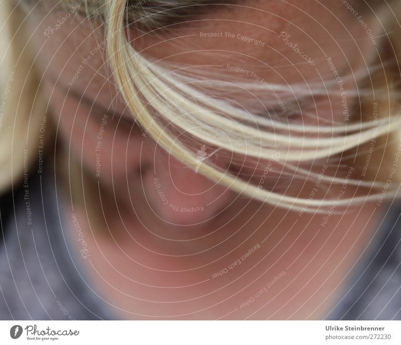UT S/HD 2012 / Wildes Strähnchen Mensch feminin Leben Kopf Haare & Frisuren Gesicht T-Shirt blond langhaarig fliegen authentisch Fröhlichkeit lustig natürlich