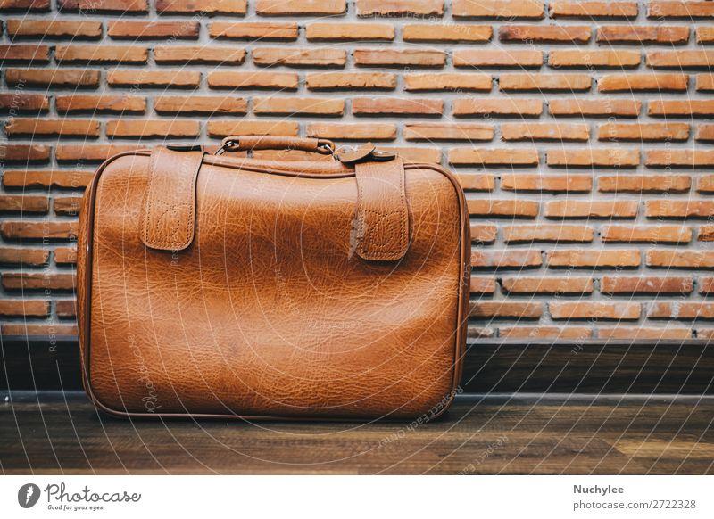 Altes altes Ledergepäck im Taschenstil mit Backsteinwandhintergrund Stil Design Ferien & Urlaub & Reisen Tourismus Ausflug Kunst Verkehr Mode Koffer fallen