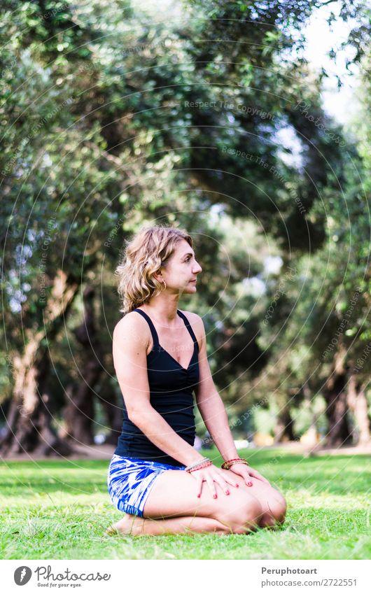 Yoga im Park, Outdoor mit Effektlicht, Yoga-Frau. Lifestyle schön Körper Wellness Erholung Meditation Sommer Mensch Erwachsene Natur Gras Fitness sitzen grün