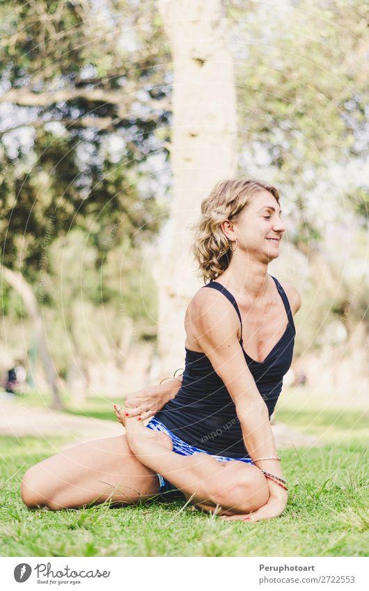 Hübsche Frau, die Yoga-Übungen im Park macht. Lifestyle Glück schön Körper Gesundheitswesen Wellness Leben harmonisch Erholung Freizeit & Hobby Sommer Sport