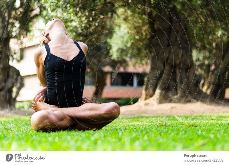 Frau, die Yoga praktiziert. Die Locked Lotus Pose Baddha Padmasana. Diät Lifestyle schön Körper Erholung Meditation Freizeit & Hobby Sport Erwachsene Park