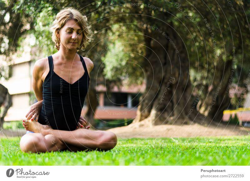 Frau, die Yoga praktiziert, die Locked Lotus Pose Baddha Padmasana. Diät Lifestyle schön Körper Erholung Meditation Freizeit & Hobby Sport Erwachsene Park