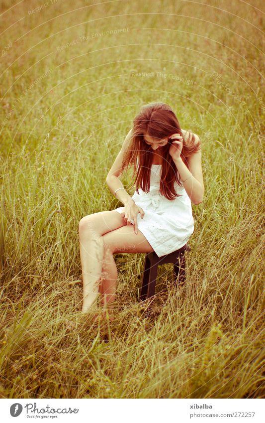 Überall Ungeziefer! Lifestyle Stil schön Sommer Junge Frau Jugendliche 1 Mensch 18-30 Jahre Erwachsene Natur Gras Wiese Kleid hocken streichen trendy dünn