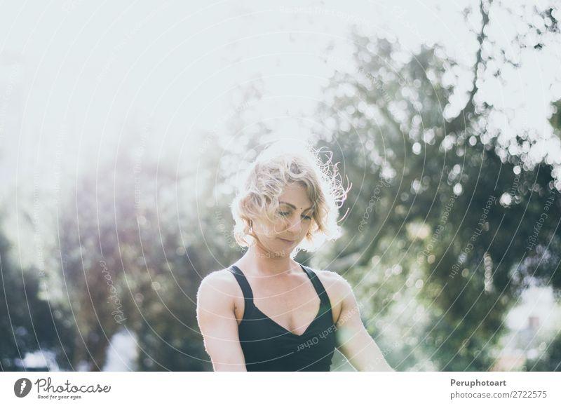 Meditierende und praktizierende Frau Yoga, Padmasana. Meditation. Lifestyle schön Körper Wellness Leben harmonisch Erholung Erwachsene Natur Park Fitness sitzen