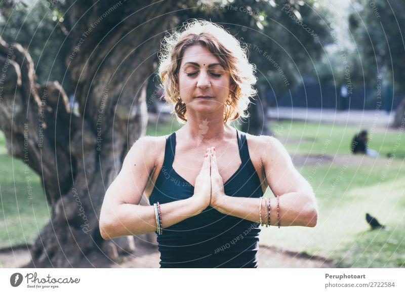 Junge Frau meditiert in der Yoga-Asana Padmasana - Lotus-Pose Lifestyle Wellness Leben Erholung Meditation Mensch Erwachsene Natur Herbst Blatt Park Holz sitzen