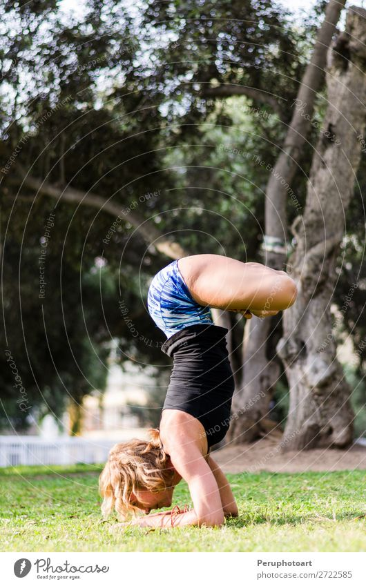Junges Mädchen steht auf dem Kopf und macht Yoga im Park. Lifestyle schön Körper Erholung Meditation Sommer Sport Mensch Frau Erwachsene Natur Herbst Fitness