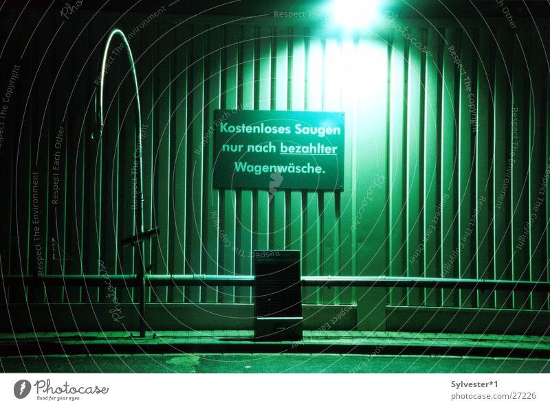Waschanlage Autowaschanlage Nacht Licht grün saugen Dinge trist