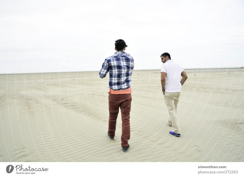 wüstenmarsch Mensch Jugendliche Meer Strand Einsamkeit Ferne sprechen Sand Mode Horizont Spaziergang einzeln Wüste Kontakt Hemd Sprache