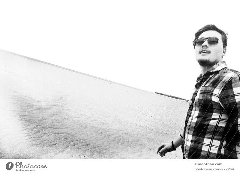 wüstenmarsch 2 Mensch laufen Urlaubsfoto Wüste Sand Ödland Meer Strand karriert Hemd Sonnenbrille Jugendliche Stil Model unterwegs Wind Blick Erotik