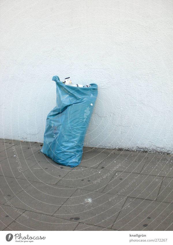Hol mich ab! Umwelt Mauer Wand Müll Müllsack stehen dreckig Stadt blau grau weiß Gefühle Ordnungsliebe Reinlichkeit Sauberkeit Umweltverschmutzung Reichtum