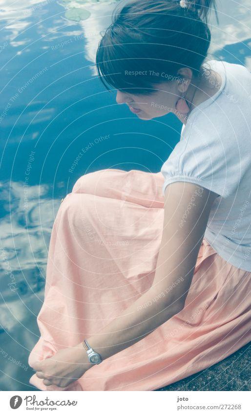 Das Mädchen vom See Jugendliche Wasser schön Sommer Einsamkeit ruhig Erwachsene Erholung feminin Traurigkeit träumen Junge Frau Zufriedenheit sitzen 18-30 Jahre